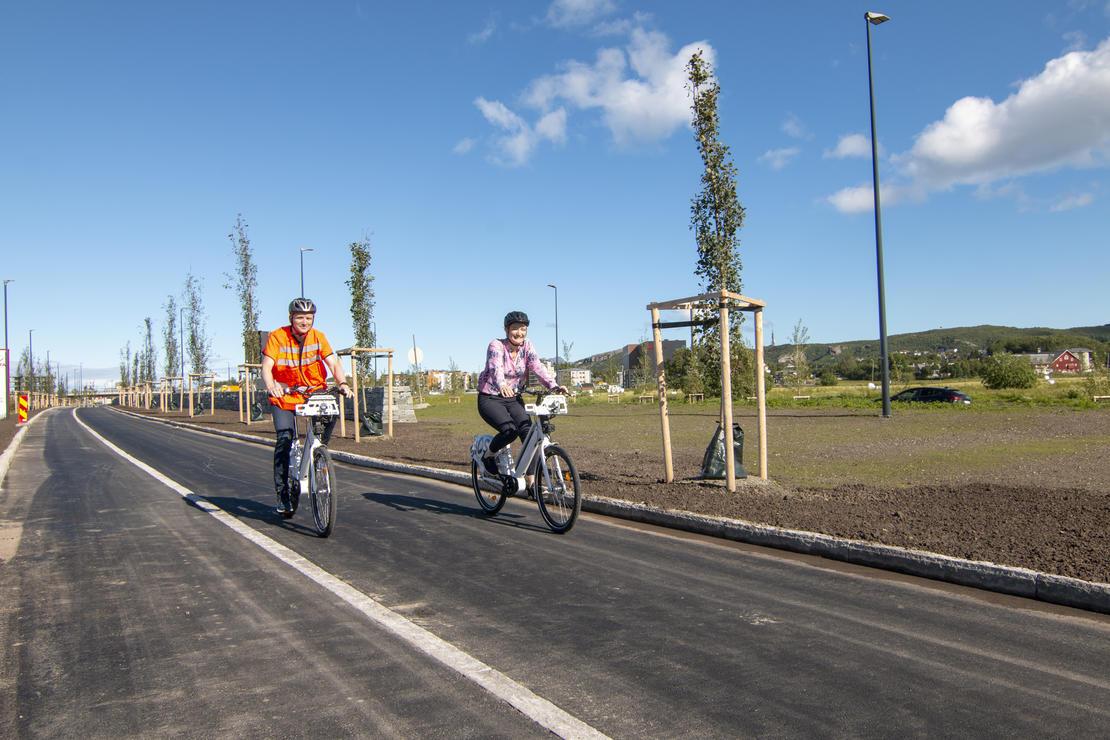 Prosjektleder for Bypakke Bodø i Statenes vegvesen Arild Hegreberg og ordfører Ida Pinnerød testet de nye elektriske bysyklene på de nye gang- og sykkelveiene rundt Stormyra som nå kan tas i bruk.