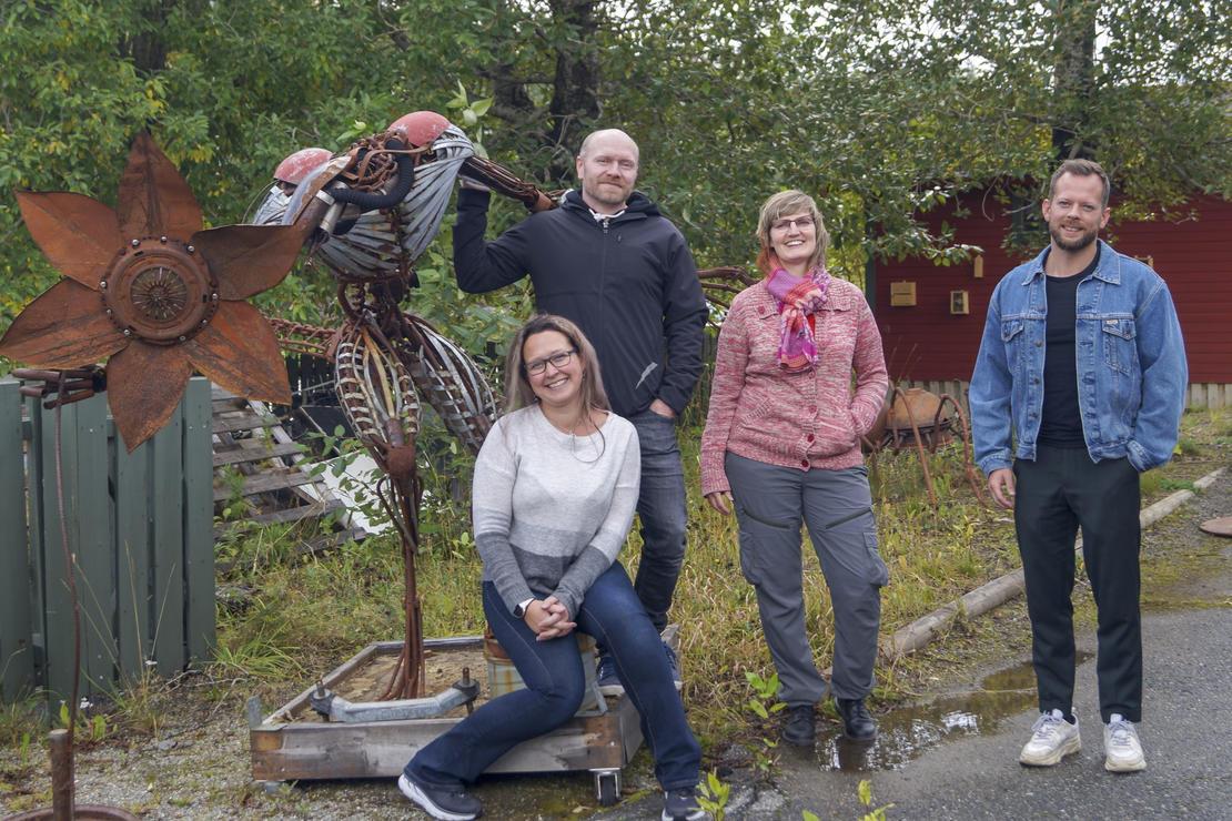 Thoralf Fagertun (kommunikasjonsrådgiver Nordlandsforskning), Kjerstin Larsen (daglig leder Re Innovasjon), Nina Morvik (grunnlegger av Re Innovasjon) og Tor Gausemel Kristensen (prosjektleder Cityloops Bodø kommune). Kunstneren som har laget skulpturene på bildene er Valter Eriksen.