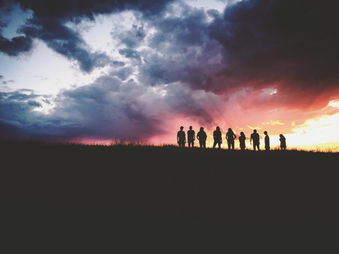 Folk i solnedgang