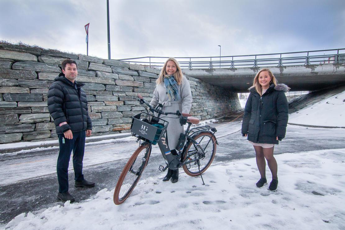 Bildetekst: Marianne Bahr Simonsen (leder for Smart Bodø i Bodø kommune) her sammen med Robin Krogh (leder for forretningsutvikling) og Stine Værang (leder marked) i Signal.   Foto: Per-Inge Johnsen/Bodø kommune