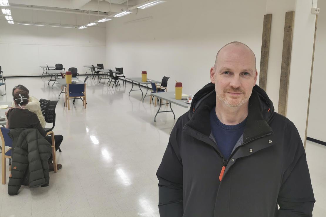 Helseleder i Bodø kommune, Stian Wik Rasmussen, i lokalene for massevaksinering. Dette bildet er tatt ved en tidligere anledning.  Foto: Aleksander Ramberg/Bodø kommune