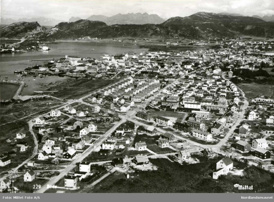 Flyfoto som viser Vestbyen og Svenskebyen i Bodø. Bildet er tatt mellom 1950 og 1960. Bildet er brukt med tillatelse. Foto: Mittet Foto A/S / Nordlandsmuseet