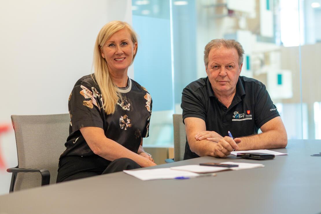 Her har daglig leder Brita Bjørnbakk i Riktig Spor og kommunikasjonssjef Tord Berthinussen i Bodø kommune signert avtalen. Foto: Per-Inge Johnsen