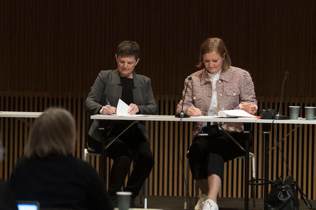 Her signerer Elisabeth Dyvik, Programme Director ICORN, og ordfører Ida Pinnerød avtalen på vegne av henholdsvis ICORN og Bodø kommune.