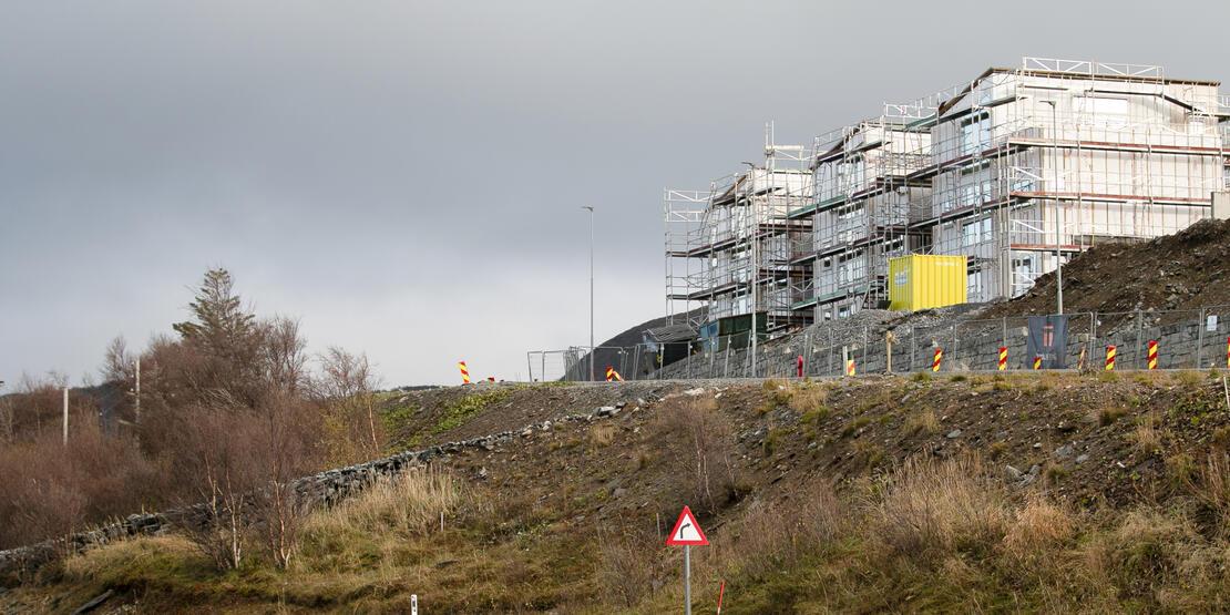 Manglende autovern og bratte skråninger gjør veien trafikkfarlig.  Foto: Sander Halvorsen/Bodø kommune