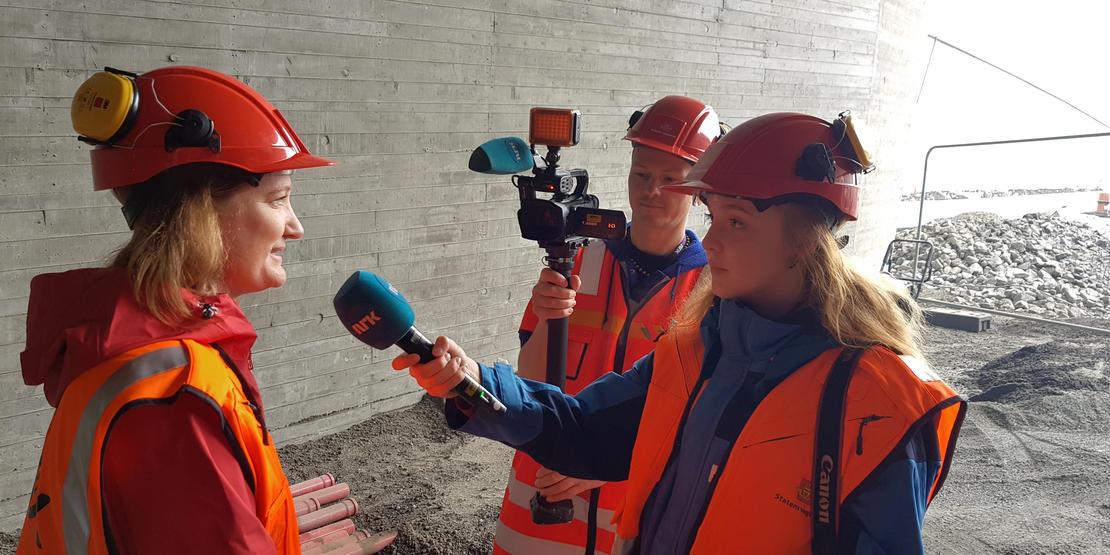 ordfører Ida Pinnerød blir intervjuet av NRK